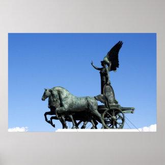 Estatua del montar a caballo de Victoria de la dio Póster