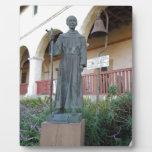 Estatua del padre Serra en la misión de Santa Barb Placa De Madera