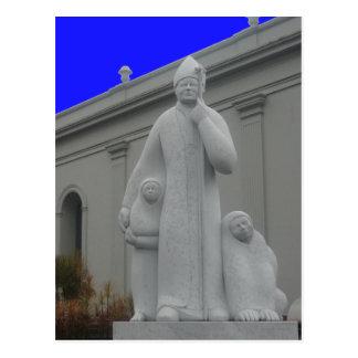 estatua del sacerdote postal