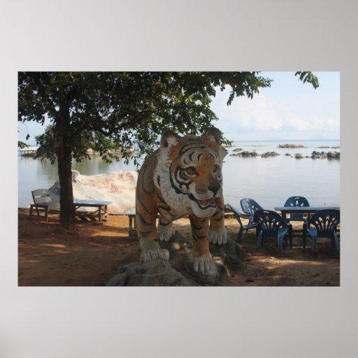 Estatua del tigre en el parque zoológico de Sinka Poster