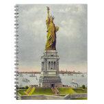 Estatua del vintage de la libertad y libro de apuntes