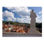 Estatua en el castillo con una opinión sobre Cesky Tarjeta Postal