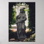 Estatua enmarcada por el verdor impresiones