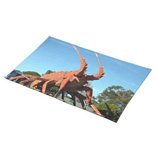 Estatua enorme del cangrejo en tierra herbosa mantel