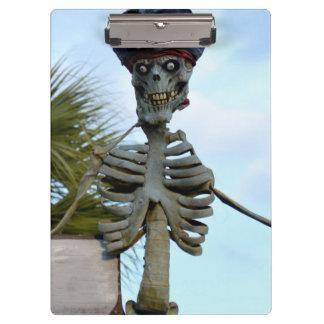 estatua esquelética del pirata del cráneo sobre la