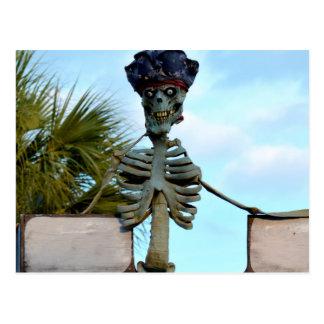 estatua esquelética del pirata del cráneo sobre la postales