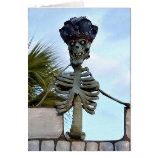 estatua esquelética del pirata del cráneo sobre la tarjeta de felicitación