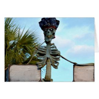 estatua esquelética del pirata del cráneo sobre la tarjeta pequeña