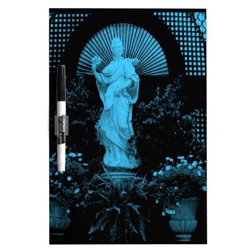 Estatua hermosa del jardín teñida en azul.  tableros blancos