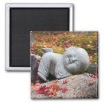Estatua japonesa divertida del monje con las hojas iman para frigorífico