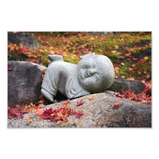 Estatua japonesa divertida del monje con las hojas fotografias