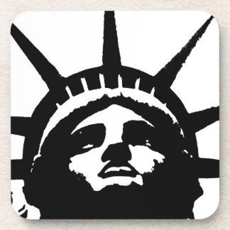 Estatua negra y blanca de arte pop de la libertad posavasos de bebida