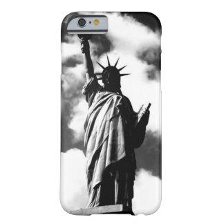 Estatua negra y blanca del caso del iPhone 6 de la Funda Barely There iPhone 6