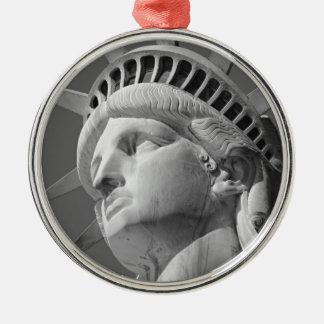 Estatua negra y blanca del primer de la libertad adorno navideño redondo de metal