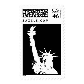 Estatua negra y blanca del sello de la libertad