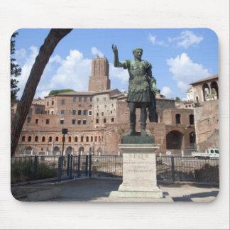 Estatua romana del bronce del emperador en el foro alfombrilla de ratón