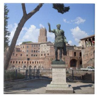 Estatua romana del bronce del emperador en el foro teja