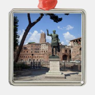Estatua romana del bronce del emperador en el foro ornamento de reyes magos