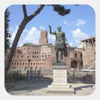 Estatua romana del bronce del emperador en el foro pegatina cuadrada