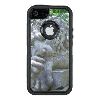 Estatua triste del león funda OtterBox defender para iPhone 5