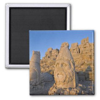Estatuas principales colosales de dioses guardando imanes