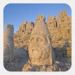 Estatuas principales colosales de dioses guardando pegatina cuadrada