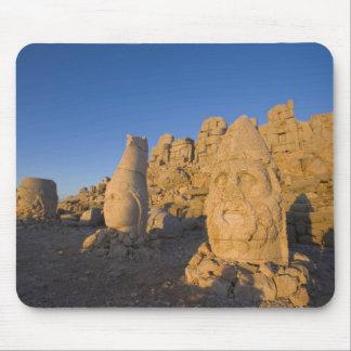 Estatuas principales colosales de dioses que guard alfombrillas de ratón