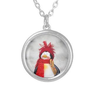 Estatuilla del pingüino con el árbol de navidad collar plateado