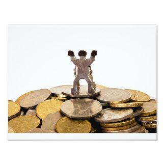 """Estatuilla encima de una pila de monedas invitación 4.25"""" x 5.5"""""""