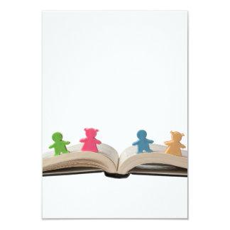 """Estatuillas en el libro abierto invitación 3.5"""" x 5"""""""