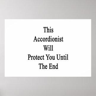 Este acordeonista le protegerá hasta el extremo poster