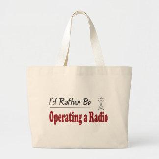 Esté actuando bastante una radio bolsa de mano