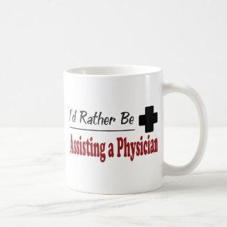 Esté ayudando bastante a un médico taza