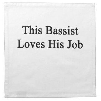Este bajista ama su trabajo servilleta