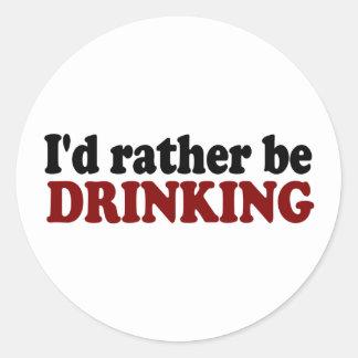 Esté bebiendo bastante pegatina redonda