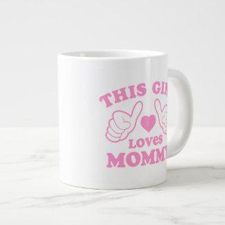 Este chica ama a la mamá taza grande