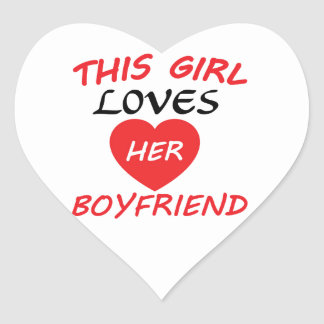 Este chica ama a su novio pegatina en forma de corazón