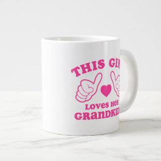 Este chica ama a sus Grandkids Taza Grande