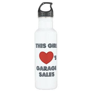 Este chica ama la botella de agua de las ventas de