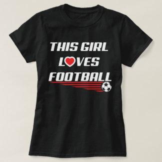 Este chica ama la camiseta del humor del fútbol