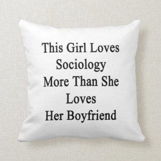 Este chica ama la sociología más que ella la ama almohadas