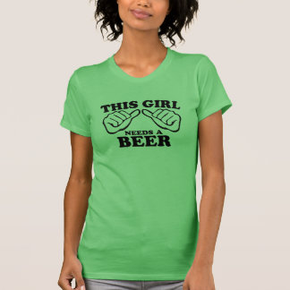 Este chica necesita una cerveza camiseta