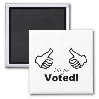 Este chica votado imán de frigorifico