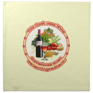 Este cocinero utiliza el vino servilleta imprimida