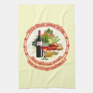 Este cocinero utiliza el vino toallas de mano