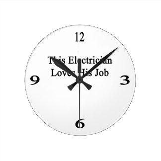 Este electricista ama su trabajo reloj redondo mediano