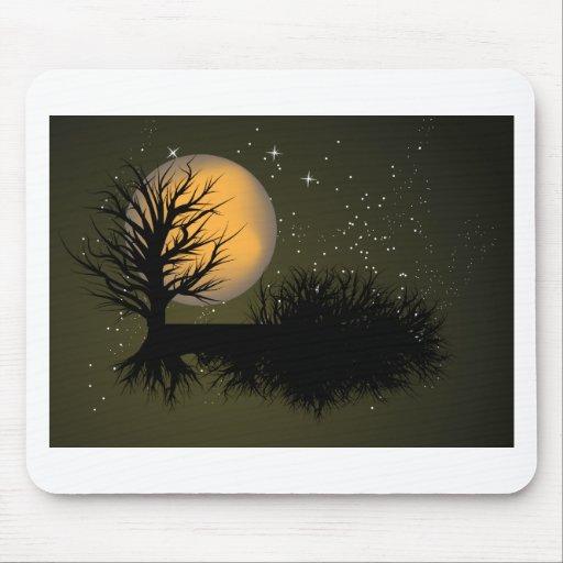 Esté en la luna el árbol y el cielo nocturno lleno mousepad