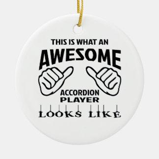 Éste es un qué jugador impresionante del acordeón adorno navideño redondo de cerámica