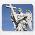Éste es una de las estatuas del ángel del famoso tapete de ratones