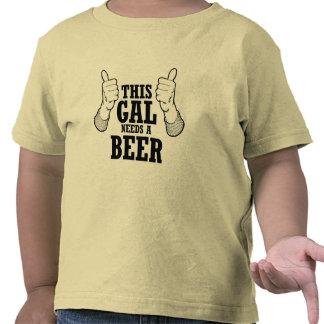 Este galón necesita una cerveza - humor del día de camiseta